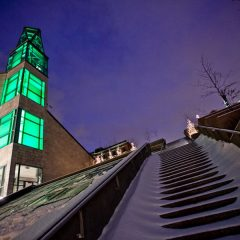 Campanile et escaliers extérieurs du Musée en hiver