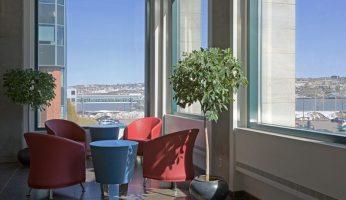 Salon des visiteurs, espace de travail individuel et salle de repos